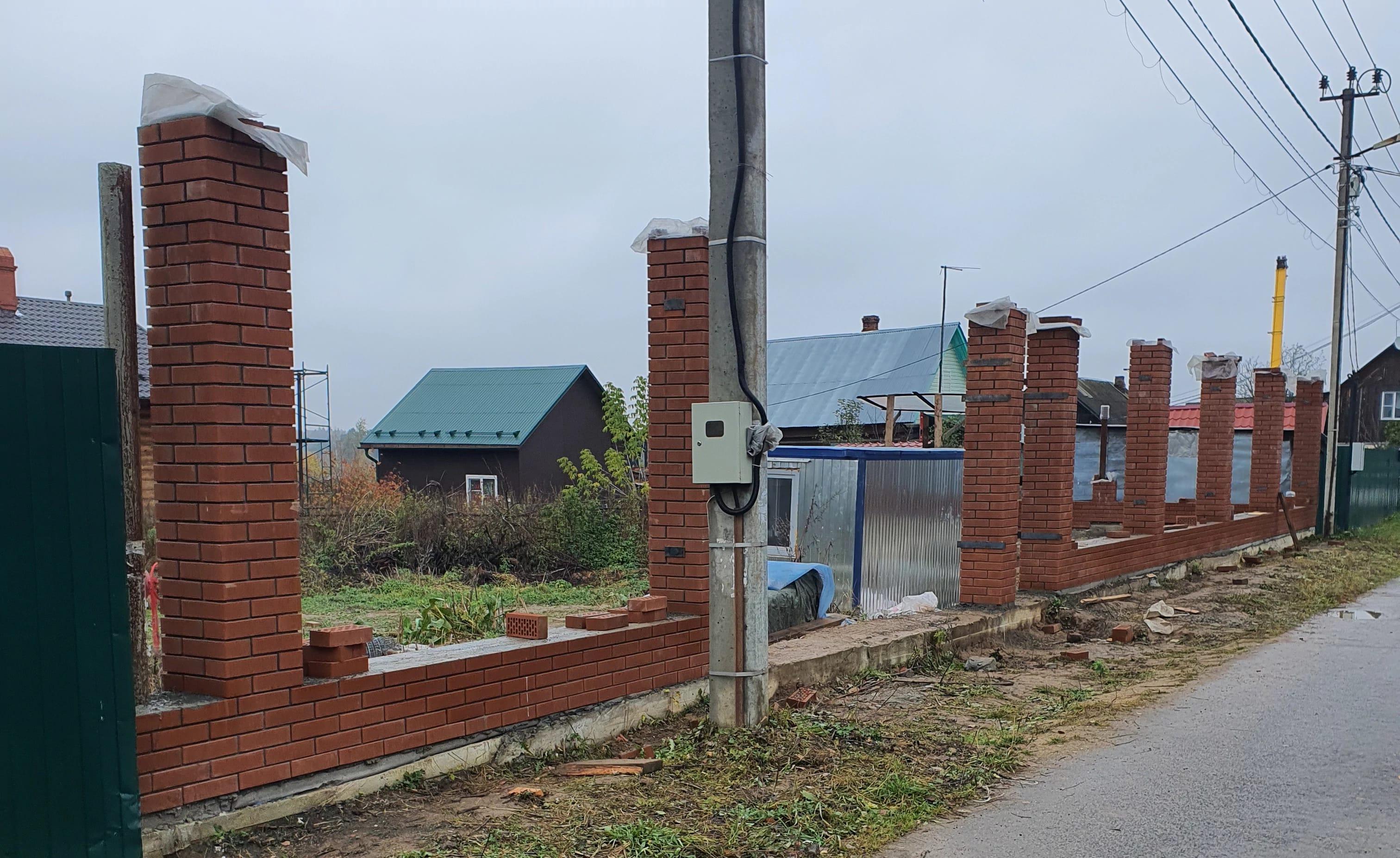 Кирпичная кладка. Капитальный забор c кирпичными колоннами.