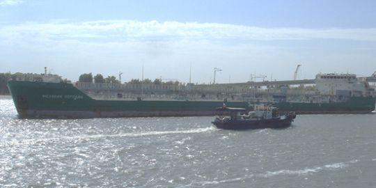Экипаж задержанного в Херсоне танкера сообщил об угрозе захвата корабля