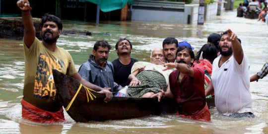India floods: death toll rises to at least 324 as thousands wait rescue