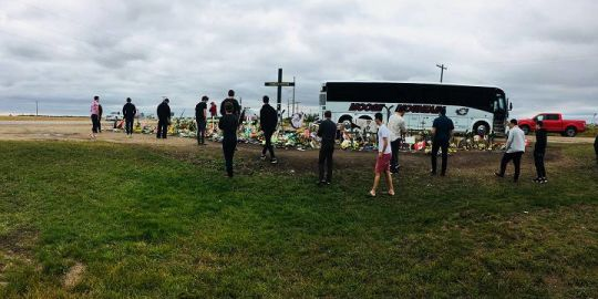 Humboldt Broncos visit bus crash memorial site