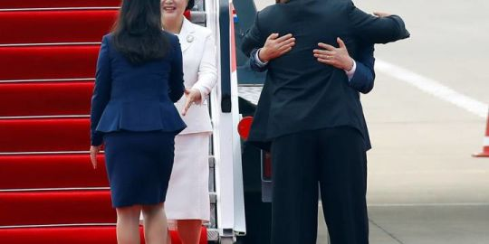 Kim Jong Un hugs South Korean leader ahead of historic summit in Pyongyang