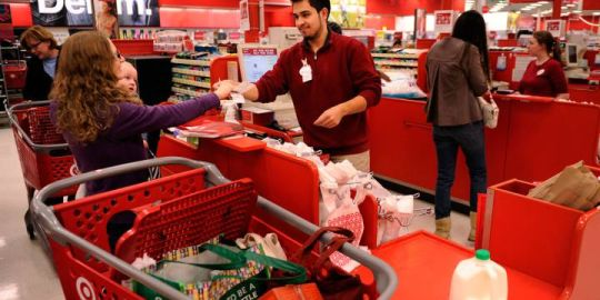 U.S. holiday seasonal workers are in for a 32% pay hike this year — what about Canada?