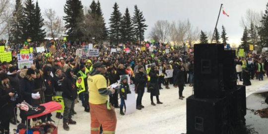 Large crowd gathers in northern Alberta city to rally for oil pipelines