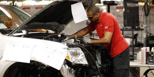 Canadian economy loses 1,100 jobs in April, unemployment rate holds steady