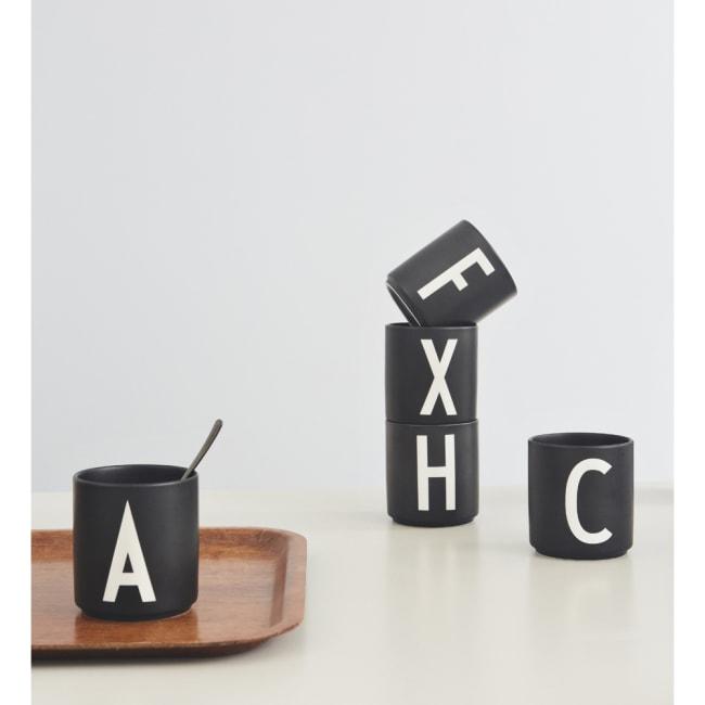 Bare ut Design Letters krus Arne Jacobsen A-Z sort | Ting QF-52