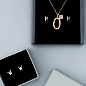 Design letters ørepynt archetype A-Z gull