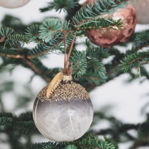 UND Julekule Glass Blå Løv 8 cm