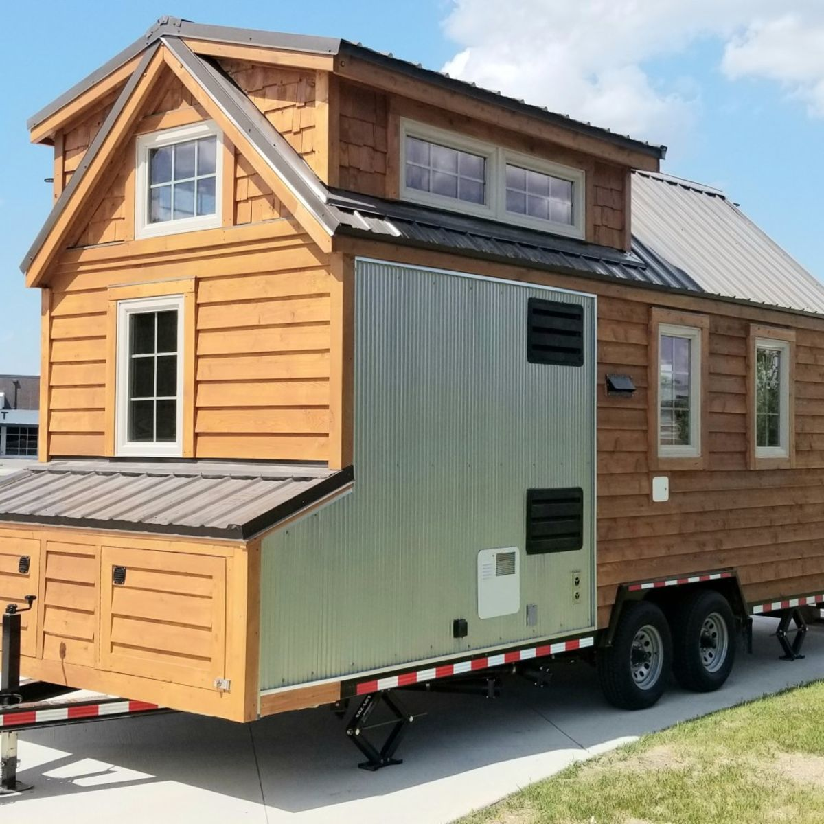 20' Tiny House With Exterior Storage Compartments And Fold