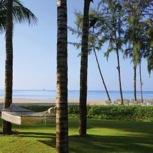 Ayutthaya & Mae Klong ab Bangkok: beach: Krabi Dusit Thani Krabi Beach Resort Garten