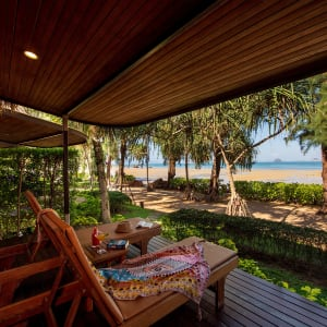 Ayutthaya & Mae Klong ab Bangkok: exterior: Krabi Tup Kaek Sunset Beach Resort Deluxe Beachfront Terrasse