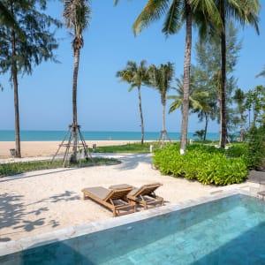 Ayutthaya & Mae Klong ab Bangkok: exterior: Thailand Devasom Khao Lak Beach Resort & Villas Beachfront Pool Villa