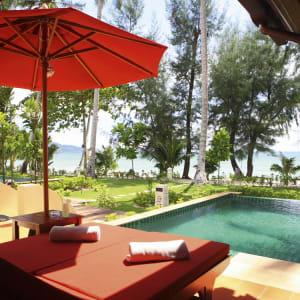 Ayutthaya & Mae Klong ab Bangkok: exterior: Thailand Ko Chang Paradise Resort & Spa Beachfront Pool Villa