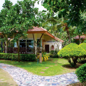 Ayutthaya & Mae Klong ab Bangkok: exterior: Thailand Ko Chang Paradise Resort & Spa Deluxe Bungalow