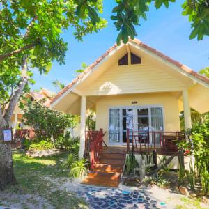 Ayutthaya & Mae Klong ab Bangkok: exterior: Thailand Ko Chang Paradise Resort & Spa Superior Beach Front