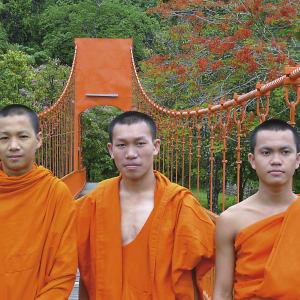 Überland von Luang Prabang nach Vientiane: Laos Junge Moenche