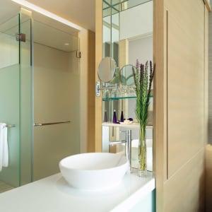 AVANI+ Riverside Bangkok Hotel:  Bangkok AVANI+ Riverside Bangkok Panorama Flussblick Zimmer Badezimmer