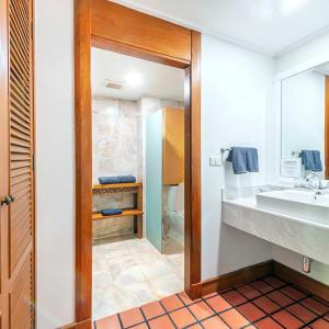 Cha Da Thai Village Resort in Krabi:  Krabi Cha Da Thai Village Resort Deluxe Zimmer Badezimmer