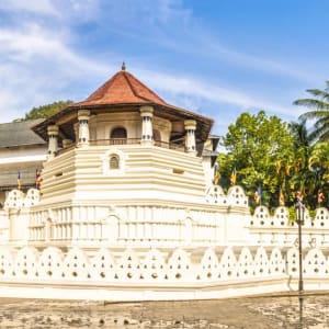 Glitzernder Perlen- & Blumenzauber ab Malediven: Sri Lanka Kandy Zahntempel aussen