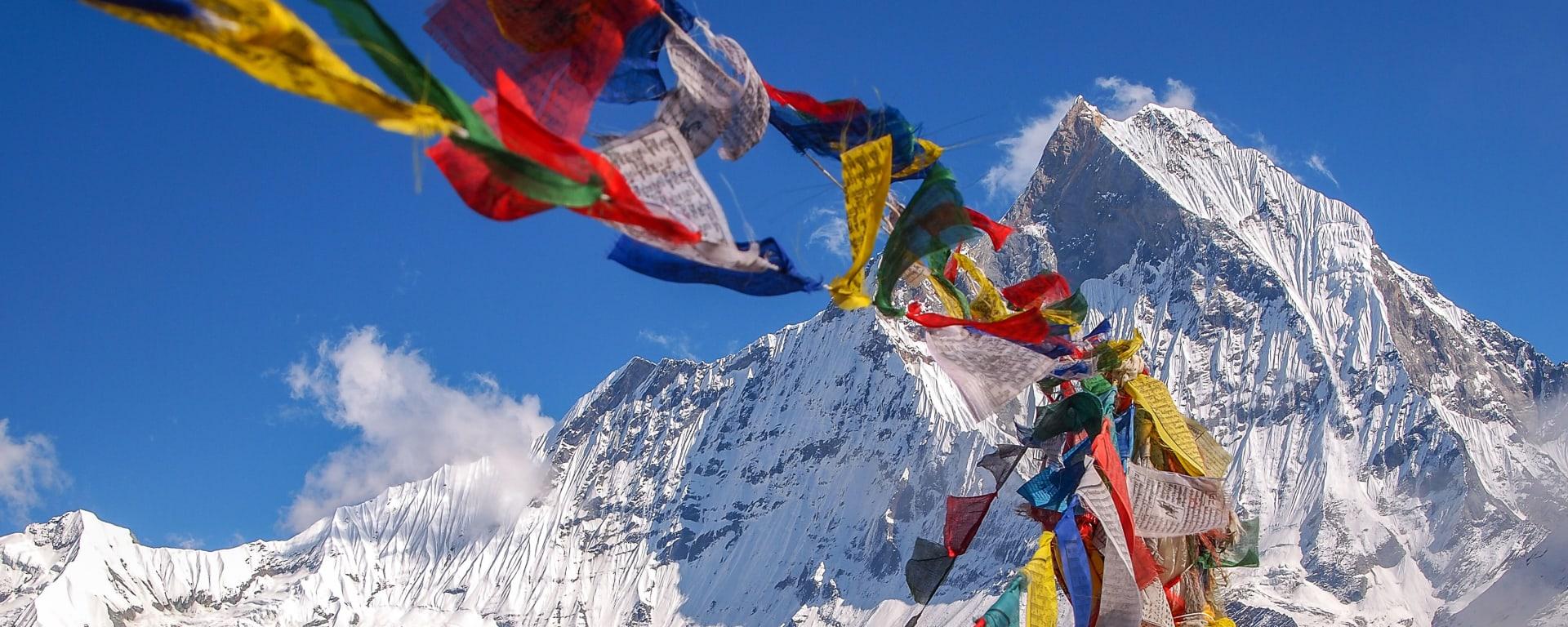 Nepal entdecken mit Tischler Reisen: Nepal Tibetische Flaggen Annapurna