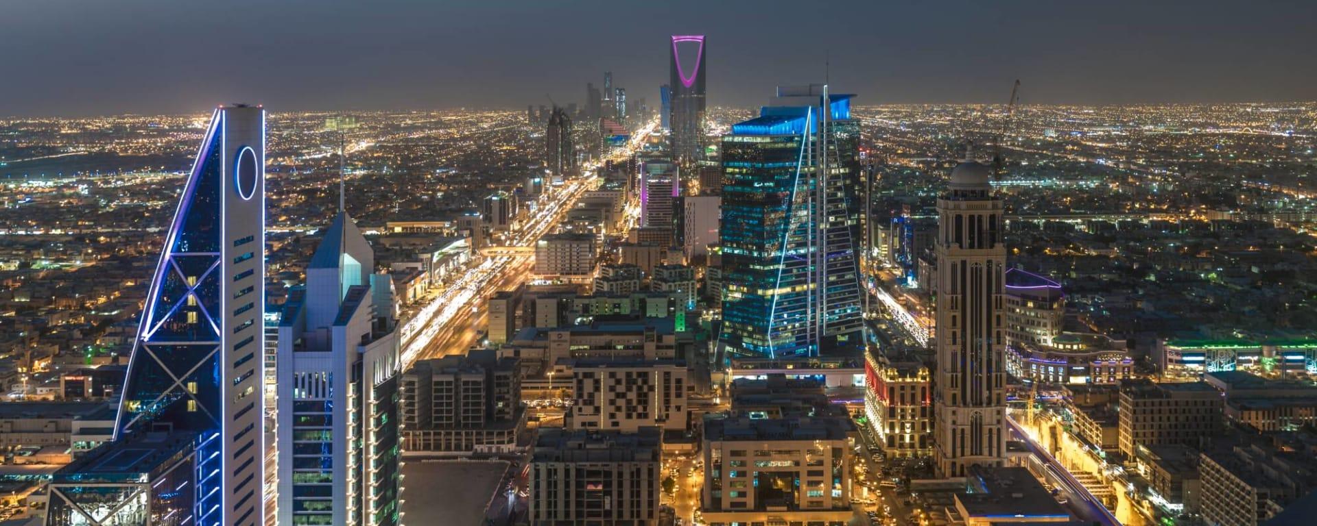 Saudi Arabien entdecken mit Tischler Reisen: Saudi Arabien Riad Skyline bei Nacht
