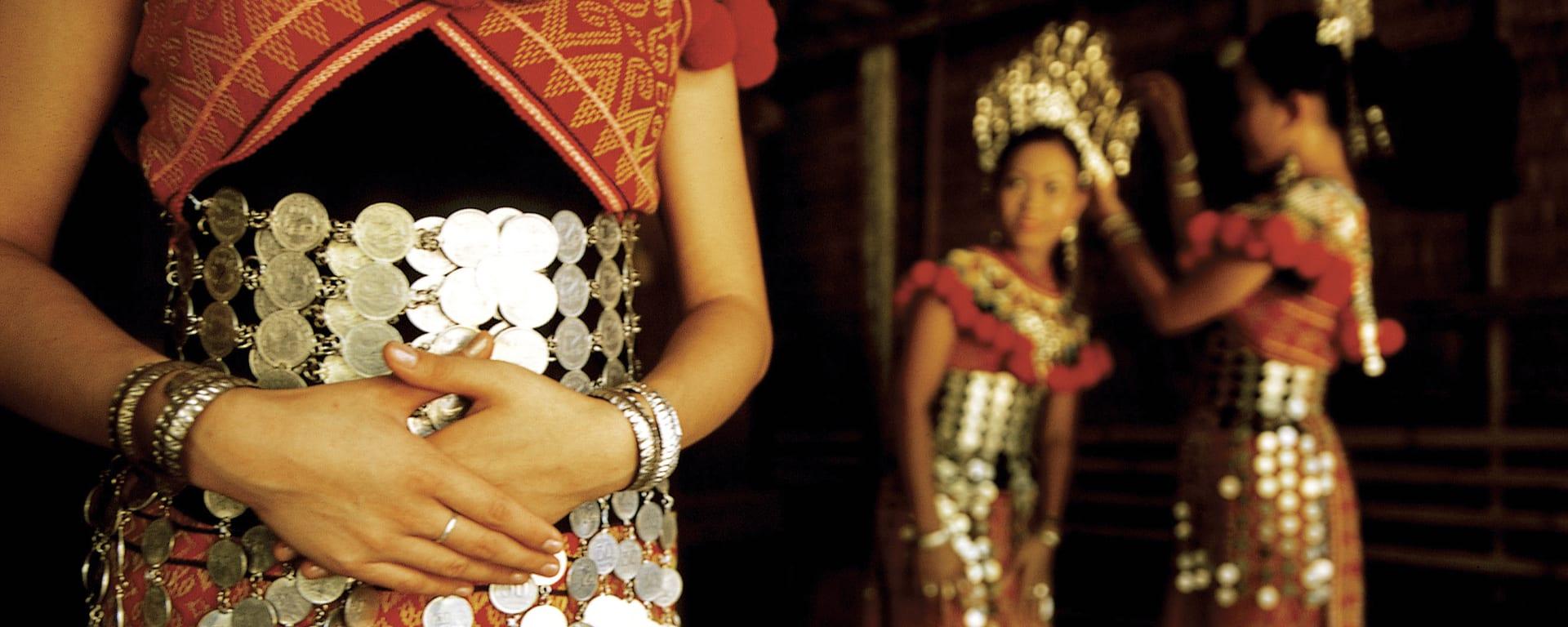 Borneo entdecken mit Tischler Reisen: 1my-mensch-iban-frau-kostuem-sarawak-tourism-board