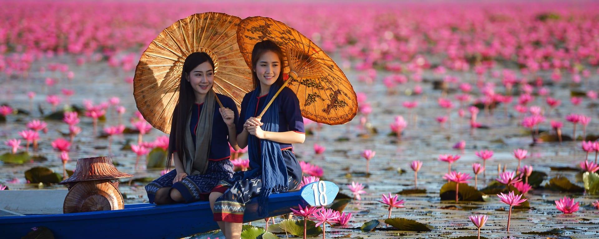 Laos entdecken mit Tischler Reisen: Laos Seerosenteich Frauen im Boot