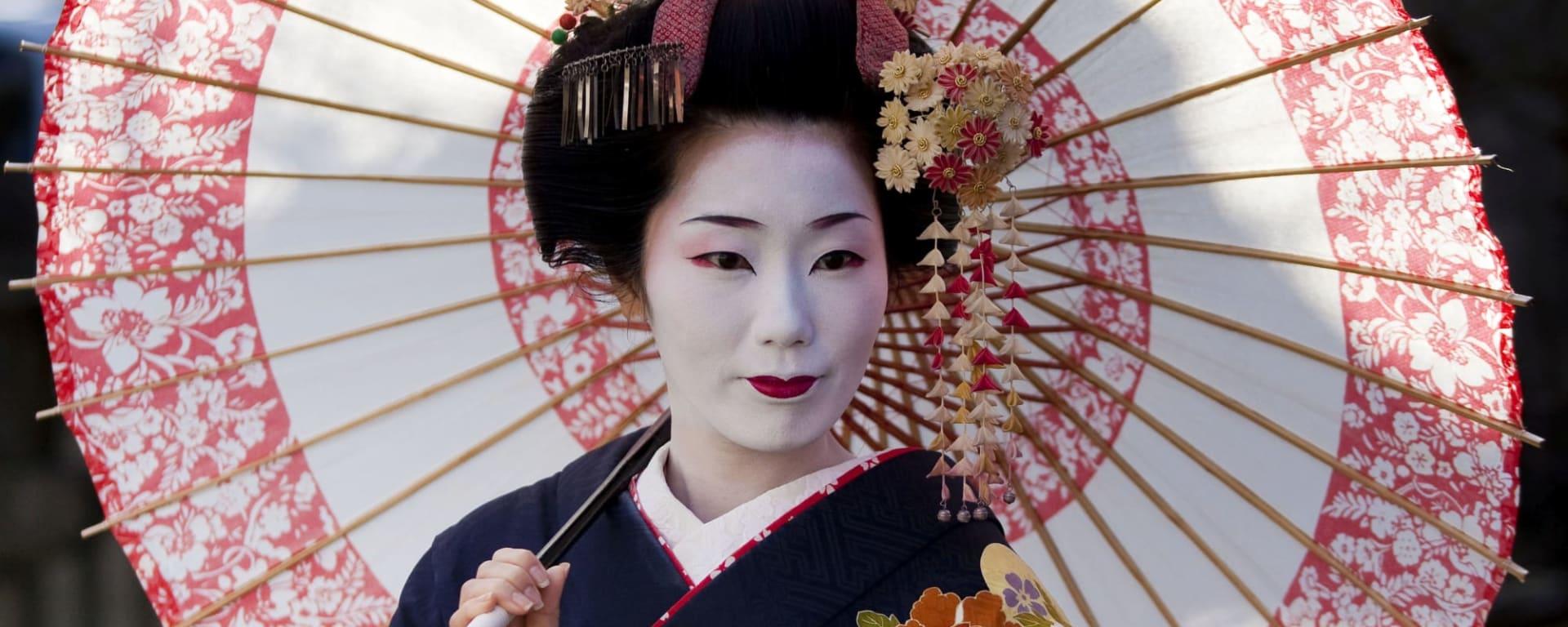 Japan entdecken mit Tischler Reisen: Japan Geisha mit Schirm