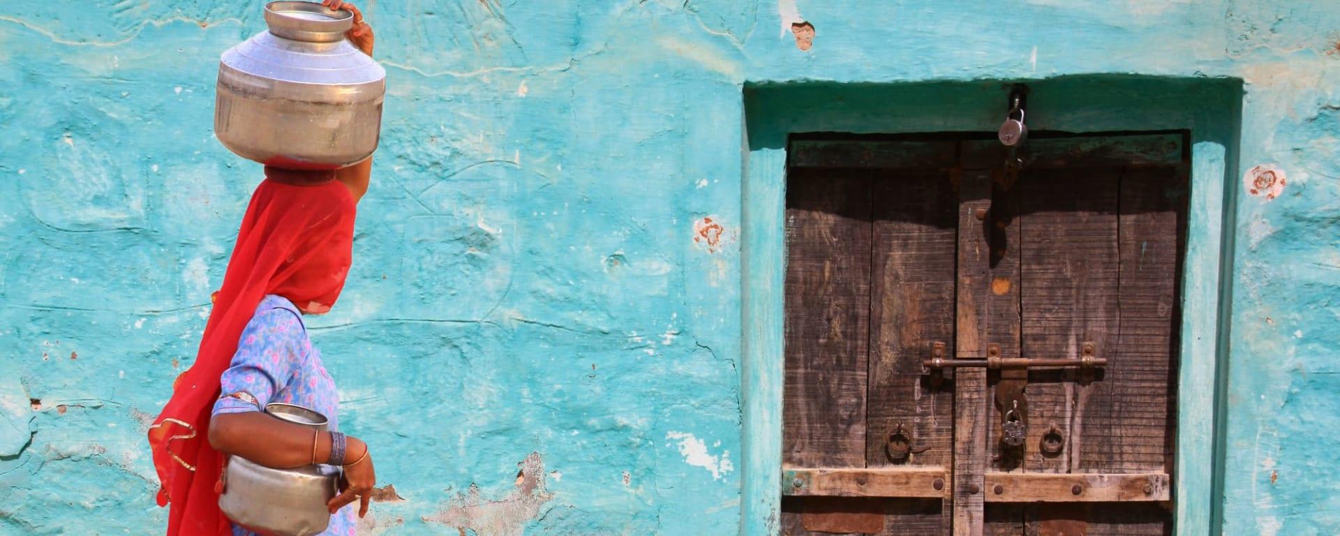 Indien entdecken mit Tischler Reisen: Indien Rajasthan Frau mit Wasserbehälter