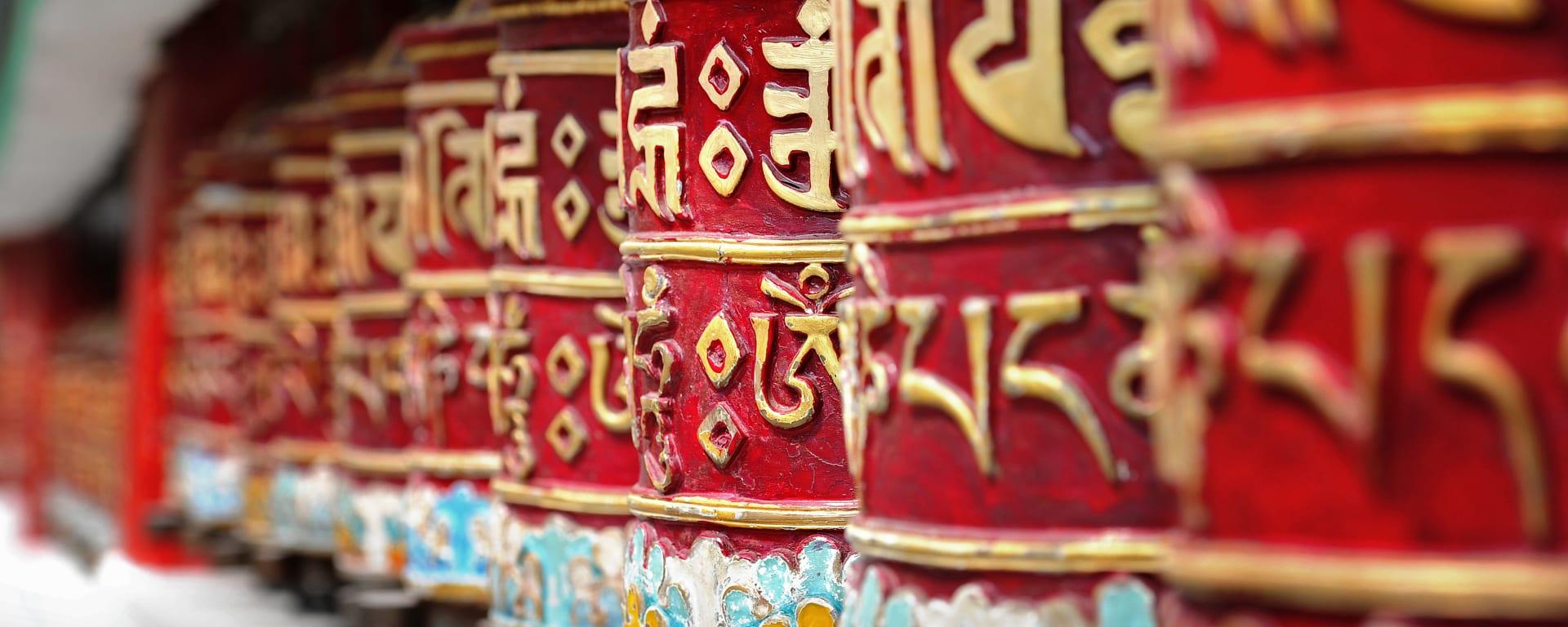 Bhutan entdecken mit Tischler Reisen: Bhutan Tempel Gebetsmühlen