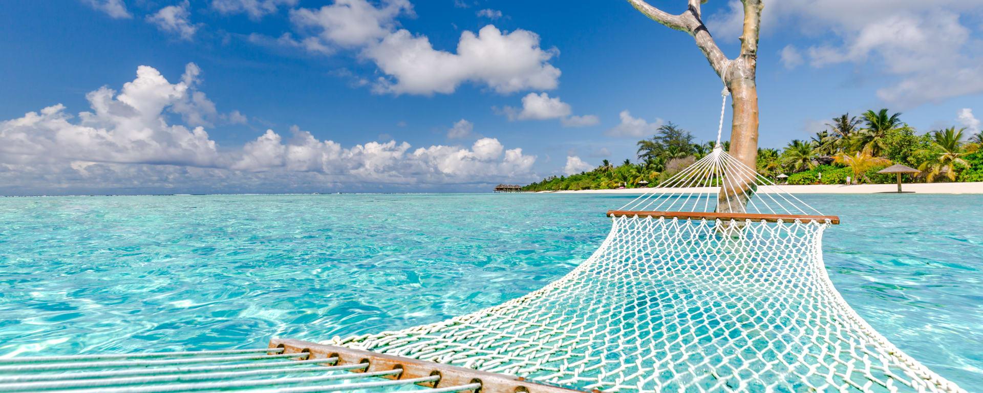 Malediven entdecken mit Tischler Reisen: Malediven Insel Meer Haengematte