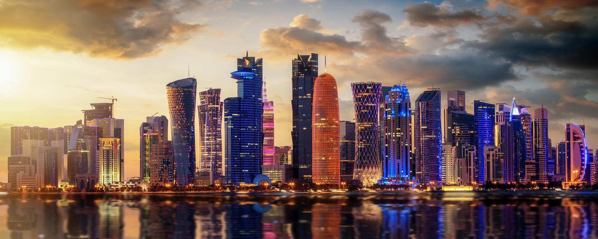 Qatar entdecken mit Tischler Reisen: Qatar Doha Skyline illuminiert