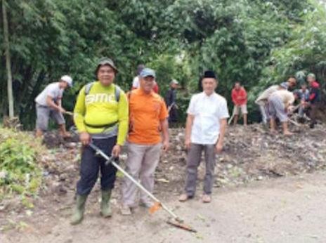 Warga Serungkuk Gelar Jum'at Bersih dengan Bergotong Royong Membersihkan Lingkungan