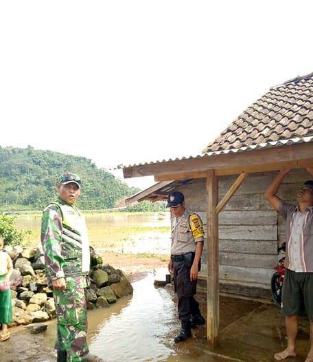 Meluapnya Sungai Belu Akibatkan Tanah Lonsor di Perbatasan Pekon Muara Dua dan Pekon Ngarip