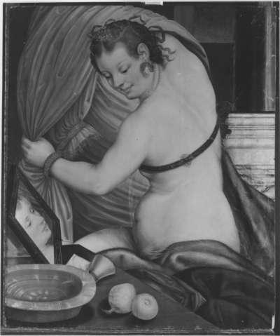 Junge Frau bei Toilette