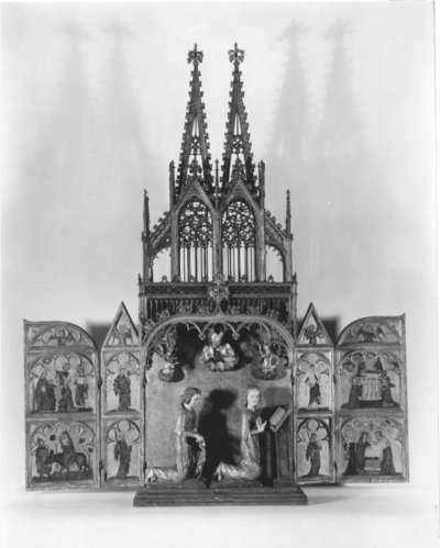 """Hausaltärchen (""""Kleiner Dom"""") mit plastischer Verkündigungsgruppe (Schrein), Szenen aus der Kindheit Jesu und Heiligen Flügelaußenseiten: Verkündigung"""