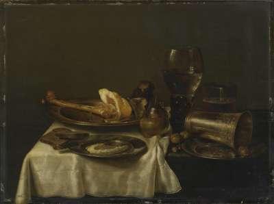 Imbiss mit Schinken, Römer und Silberbecher