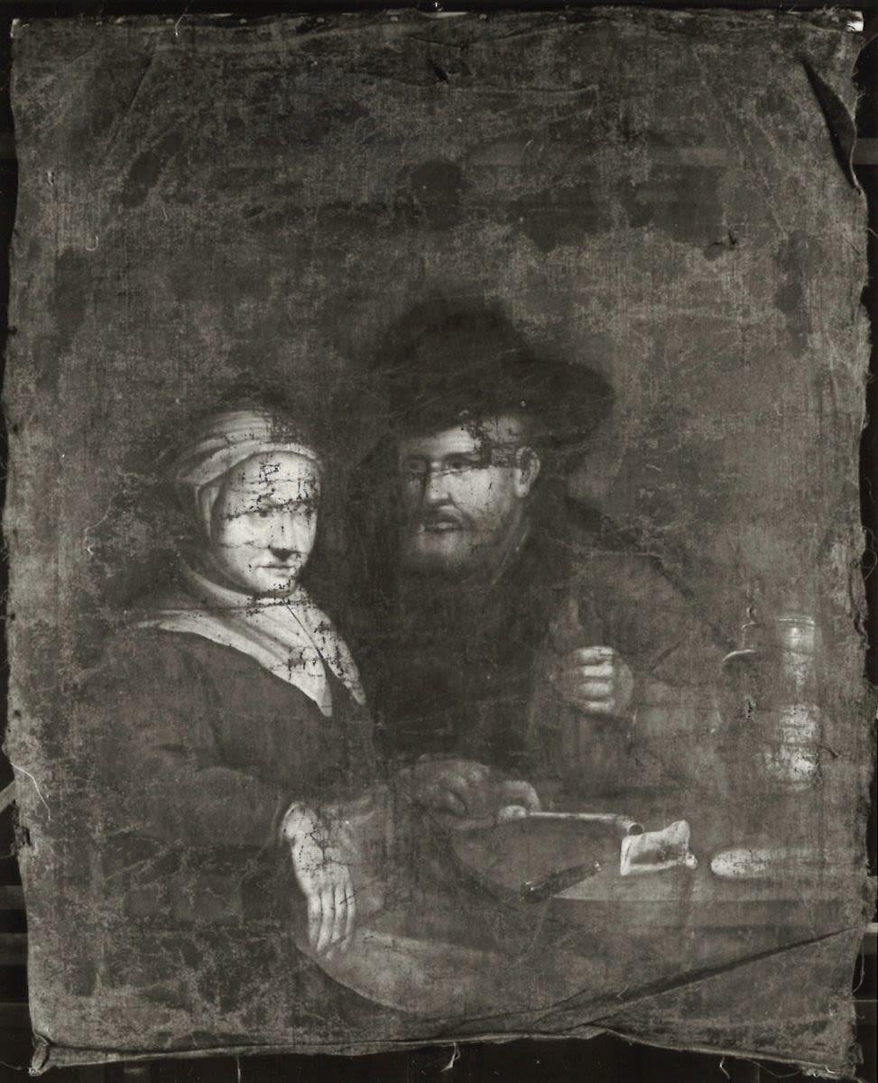 Mann und Frau an einem Tisch sitzend