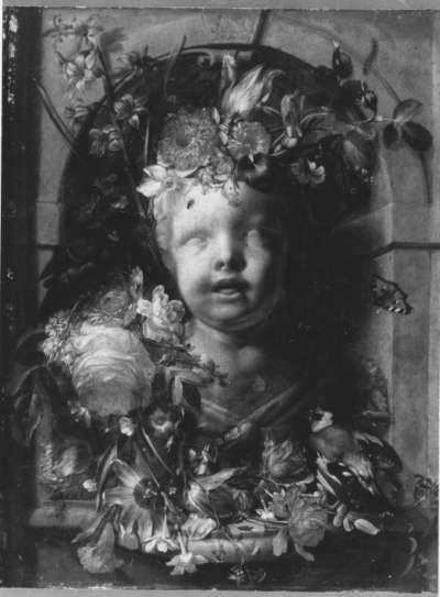Kinderbüste in blumengeschmückter Nische