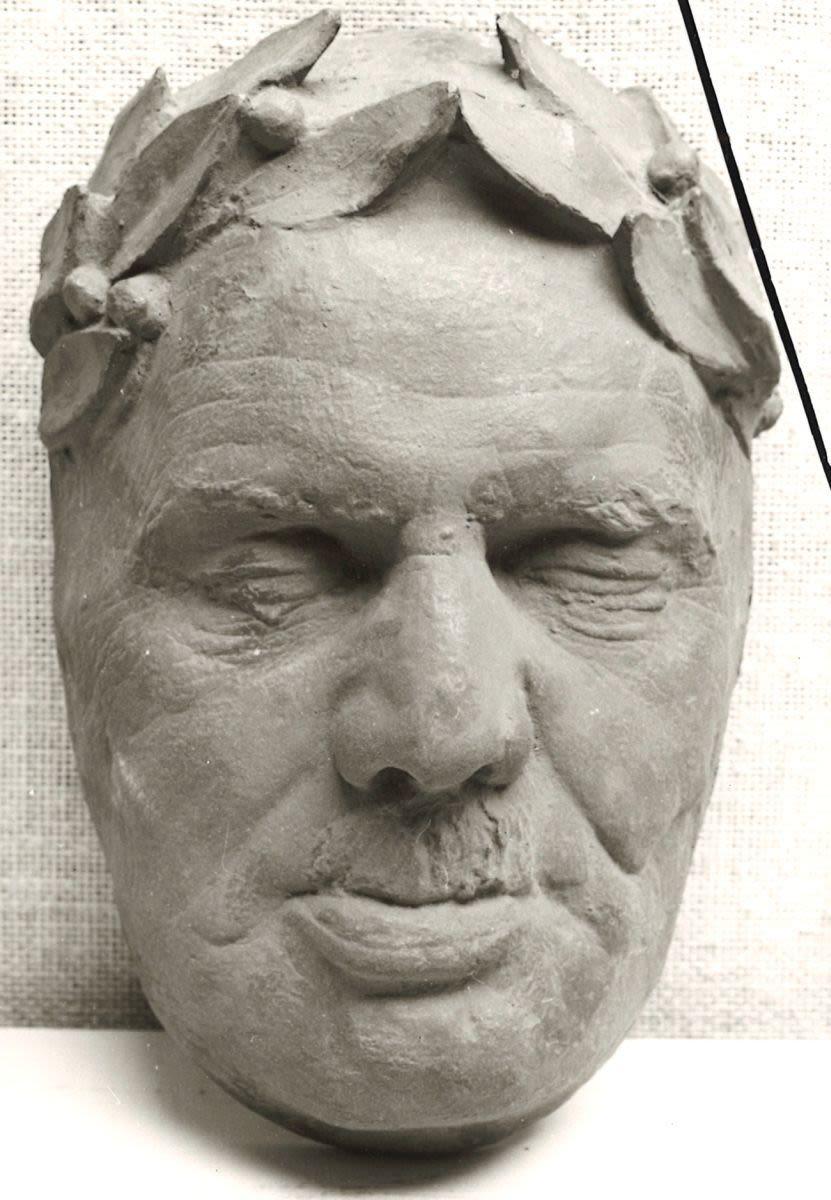 Totenmaske eines bekränzten Mannes