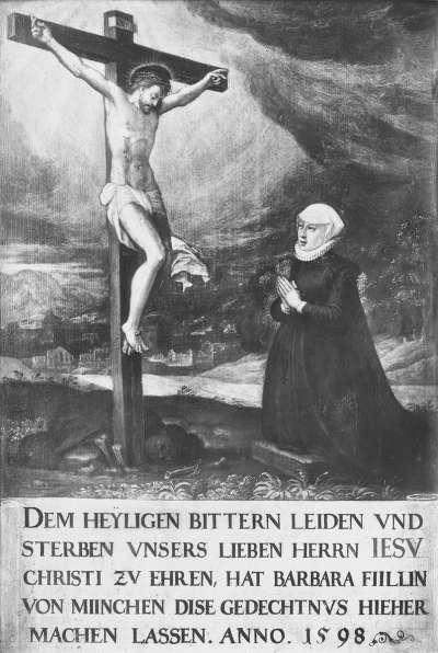 Barbara Füll vor einem Kruzifix knieend