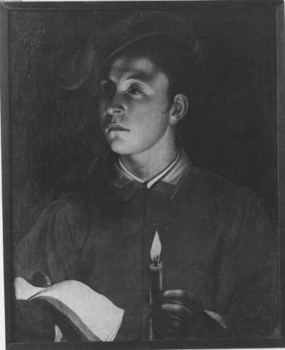 Junger Mann mit Buch und Kerze