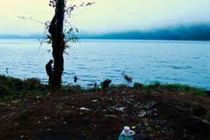 An einem Vulkansee mit dem sumatratypischen Müll überall
