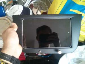 Das Tablet in die Blende gelegt. Noch ohne Funktion.