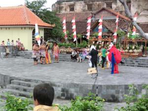 Theaterstück vor den Ruinen