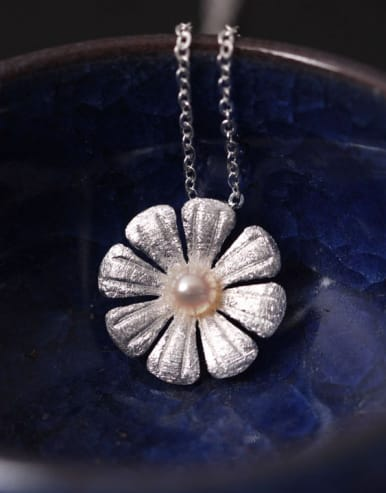 Eight Petal Flower Clavicle Necklace