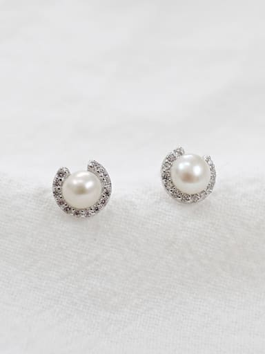 Fashion White Freshwater Pearl Round Silver Stud Earrings