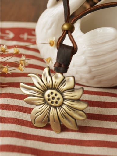 Unisex Exquisite Flower Shaped Necklace