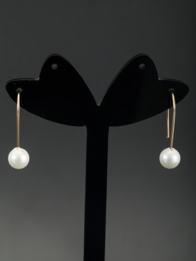 A Gold Plated Stylish Pearl Drop Earring Of Hook