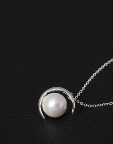 Moon Shell Pearl Clavicle Necklace