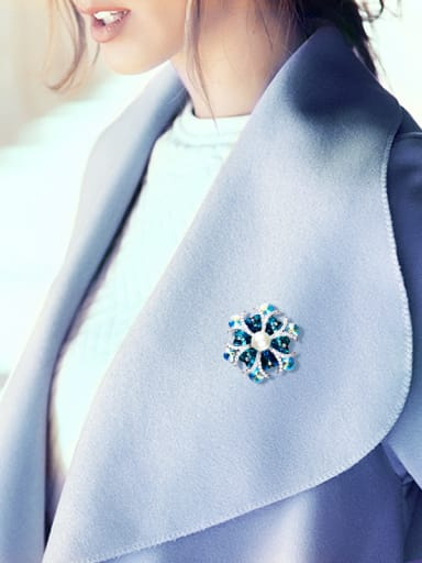 Flower-shaped Crystal Pearl Brooch